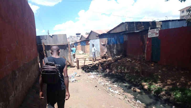Nyendo-Schueler-zu-Besuch-im-Slum-Artikelbild1